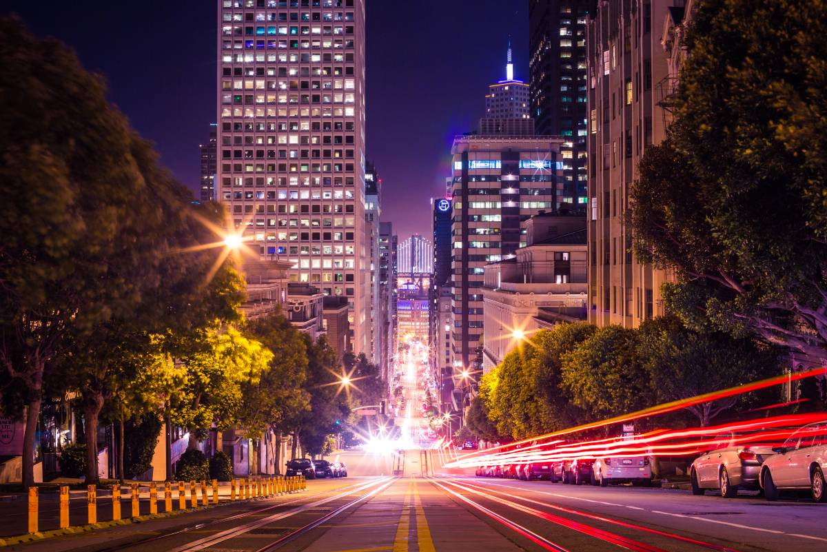 famous-california-street-in-san-francisco-at-night